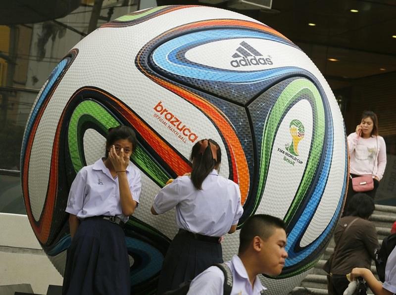 Gigantyczna Brazuca - oficjalna piłka Mundialu 2014 w Brazylii /NARONG SANGNAK    /PAP/EPA
