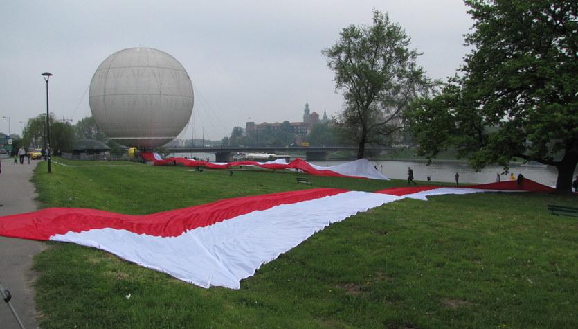 Gigantyczna flaga na Bulwarach Wiślanych