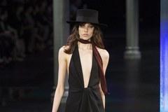 Gigantyczne dekolty hitem paryskiej mody!