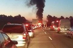 Gigantyczne utrudnienia na autostradzie A4 po pożarze tira. Trzy osoby ranne
