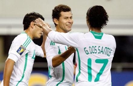 Giovani Dos Santos (z numerem 17) był bohaterem meczu Maksyku z Haiti. /AFP