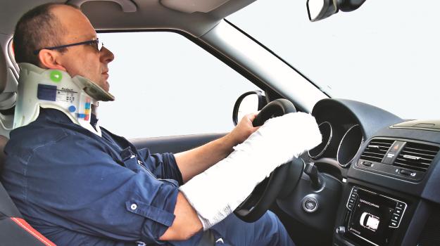 Gips na nodze lub ręce nie powoduje, że kierowca traci prawo do prowadzenia pojazdu. Musi jednak być w stanie bezpiecznie prowadzić samochód. /Motor