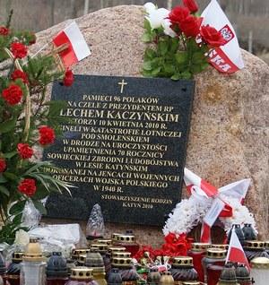 Głaz z tablicą upamiętniającą katastrofę smoleńską /Archiwum RMF FM