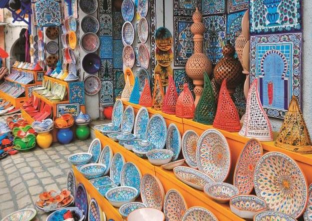 Gliniane płytki i przedmioty  codziennego użytku można znaleźć w całej Tunezji,  ale najpiękniejsza ceramika powstaje w Nabeul i w Guellali. /123/RF PICSEL