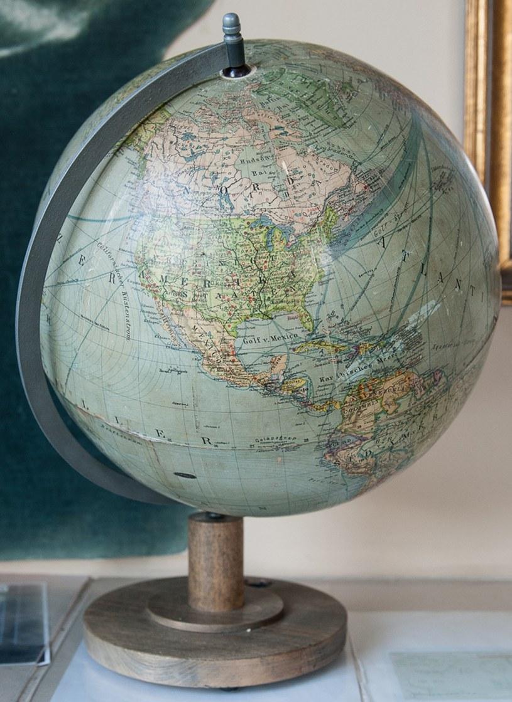 Globus z rezydencji Hitlera w Bawarii /Alexander Historical Auctions  /East News