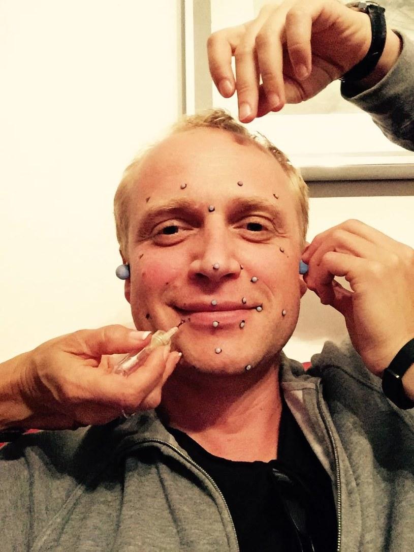 Głos, ruch i mimika twarzy to wystarczające środki dla aktora, by wyrazić emocje i zbudować postać - przekonuje Piotr Adamczyk /Facebook