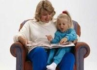 Głośne czytanie dzieciom sprawia, że potem samodzielnie sięgają po ksiażki /MWMedia