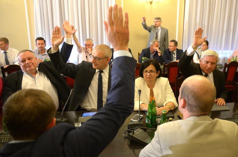 Głosowanie na posiedzeniu sejmowej komisji spraw wewnętrznych. /Radek Pietruszka /PAP