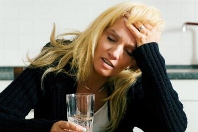 Głowa przestanie boleć, gdy wypijesz napój zrobiony z 1/3 szklanki wody i tabletki musującej  /© Panthermedia