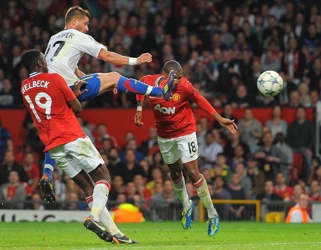 Główka Ashleya Younga (z prawej) dała Manchesterowi United remis 3-3 z FC Basel /AFP