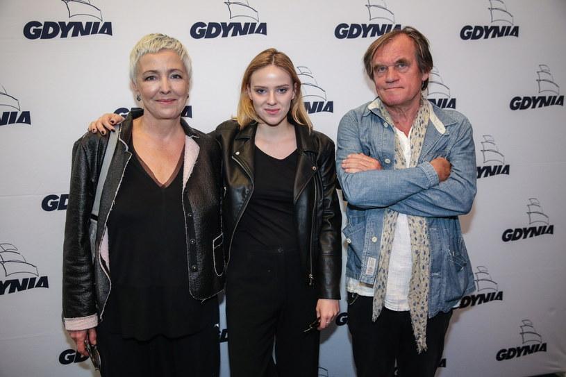 """Główną rolę w """"Kńcu widzenia"""" gra Zofia Domalik (C), córka aktorki Ewy Telegi (L) i reżysera Andrzeja Domalika (P) /Rafał Guz /PAP"""