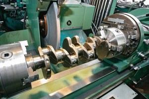 Główne elementy silnika poddaje się obróbce na tzw. wymiar naprawczy. /Motor