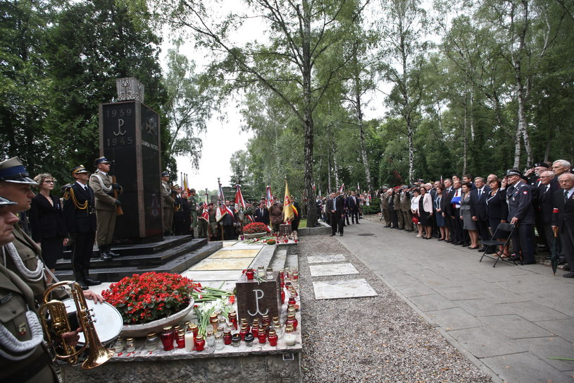 Główne uroczystości rocznicowe odbyły się przy pomniku Gloria Victis na Cmentarzu Wojskowym na Powązkach /Rafał Guz /PAP