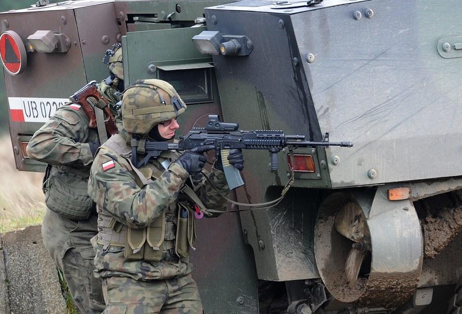 Główne zawody i specjalności, które interesują armię, to kierowcy, operatorzy ciężkiego sprzętu, a także ci rezerwiści, którzy w wojsku szkolili się na transporterach opancerzonych i czołgach /Marcin Bielecki /PAP