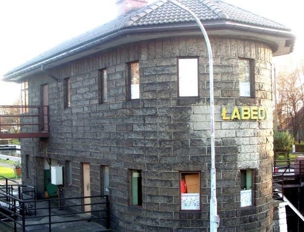 Główny budynek śluzy w Łabędach z widocznym miejscem po usunięciu nazistowskiego godła /Odkrywca