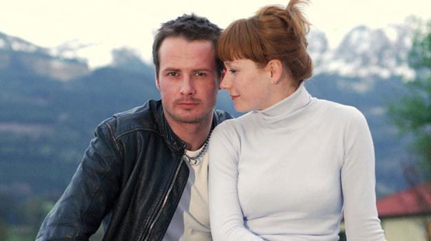 Głównym bohaterem serialu jest Wiktor, pseudonim Ważka (Paweł Małaszyński), wykwalifikowany złodziej. Ważka zakochuje się w pięknej doktor Marcie (Magdalena Walach). /Agencja W. Impact