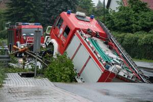 Głuchołazy: Wóz strażacki utknął w wyrwie