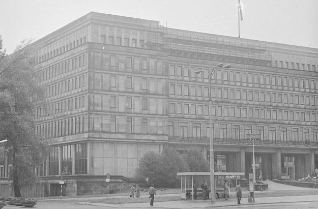 Gmach KC PZPR (Dom Partii) w Warszawie. Widok od strony Alei Jerozolimskich /Z archiwum Narodowego Archiwum Cyfrowego