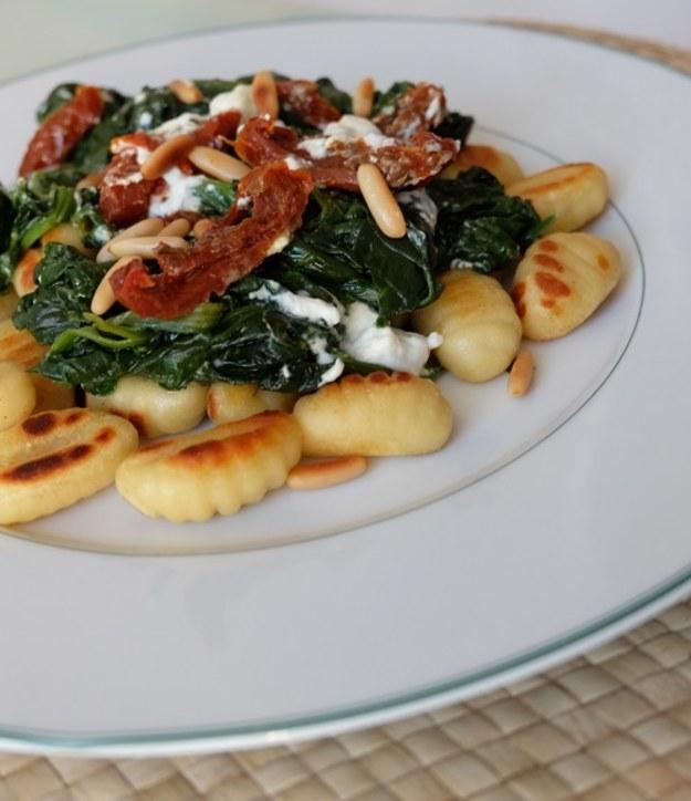 Gnocchi ze świeżym szpinakiem, suszonymi pomidorami i orzeszkami pini