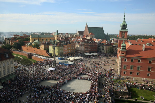 Znak Polski Walczącej utworzony przez ludzi na placu Zamkowym