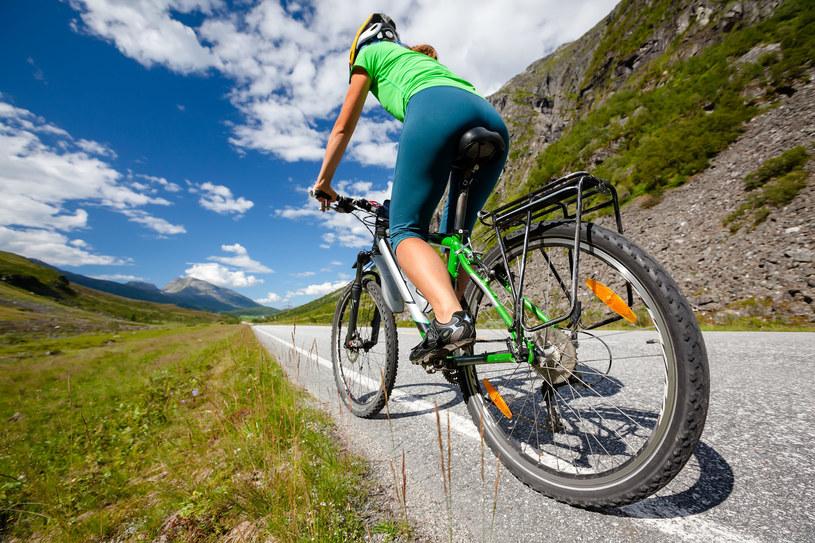 Godzina jazdy na rowerze równa się szarlotka z bitą śmietaną i gałką lodów /©123RF/PICSEL
