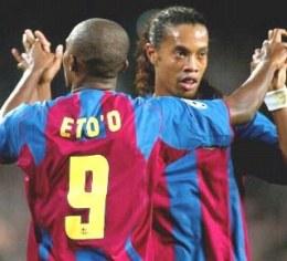 Gole Eto'o i Ronaldinho pozwoliły Barcie pokonać Milan /AFP