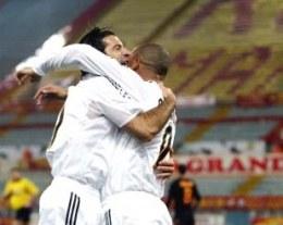 Gole Figo i Ronaldo pozwoliły Realowi pokonać Romę w Rzymie /AFP