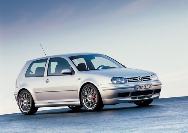 Golf GTI miał silnik 4-cylindrowy z turbo. Wyróżnia się dużymi felgami, zmienionymi zderzakami i emblematem GTI z przodu. /Volkswagen