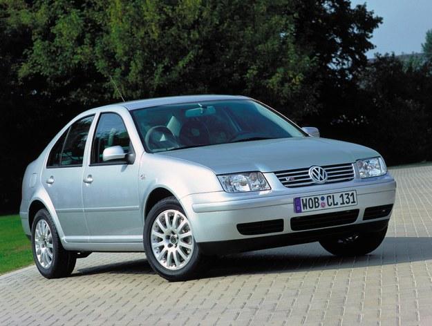 Golf IV doczekał się tylko jednej alternatywnej wersji nadwoziowej - kombi. Sedan sprzedawany był już pod inną nazwą: Bora. Producent chciał w ten sposób podkreślić wyższy standard wyposażenia i wykończenia wnętrza. Cechą charakterystyczną Bory była odmienna stylizacja przedniej części nadwozia (lampy, atrapa chłodnicy). Ciekawostką było, że Bora produkowana była również w wersji kombi, co miało udowodnić, że jest modelem różnym od Golfa. Samochód ten cieszył się umiarkowaną popularnością. W dodatku podstawowe wersje były tak samo pozbawione wyposażenia jak Golfy. Zaletą Bory sedan jest duży bagażnik o pojemności 455 litrów. Ceny tego modelu rozpoczynają się od 10 tys. zł. W USA Golf sedan nazywał się Jetta. /Volkswagen