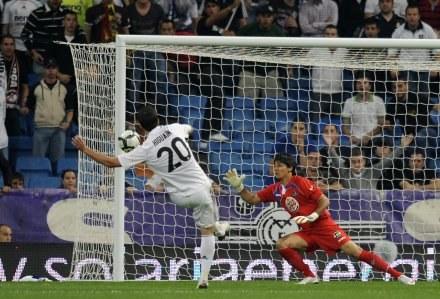 Gonzalo Higuain strzela gola w meczu z Getafe. /AFP