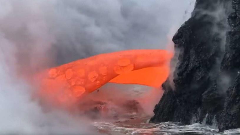 Gorący strumień lawy na Hawai'i /materiały prasowe
