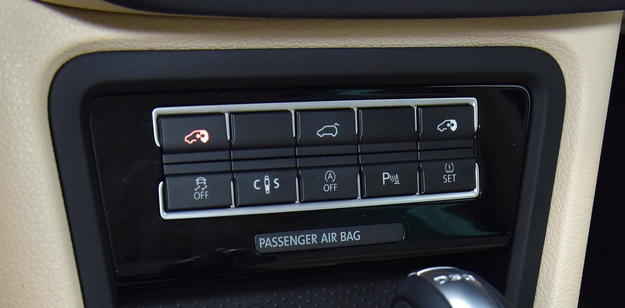 Górne boczne przyciski otwierają/zamykają tylną parę drzwi. Drugi od lewej na dole – zmienia sztywność zawieszenia. /Motor