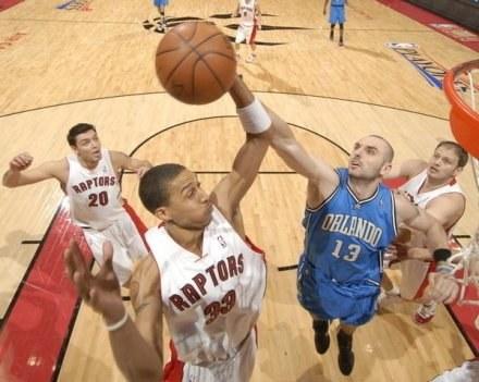 Gortat zdobył 4 punkty w meczu z Raptors /AFP