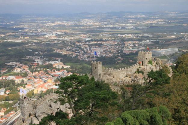 Górujące nad Sintrą mury obronne Castelo dos Mouros, mauretańskiej twierdzy z VIII wieku, zdobytej przez Alfonsa Zdobywcę w 1147 roku. /123/RF PICSEL