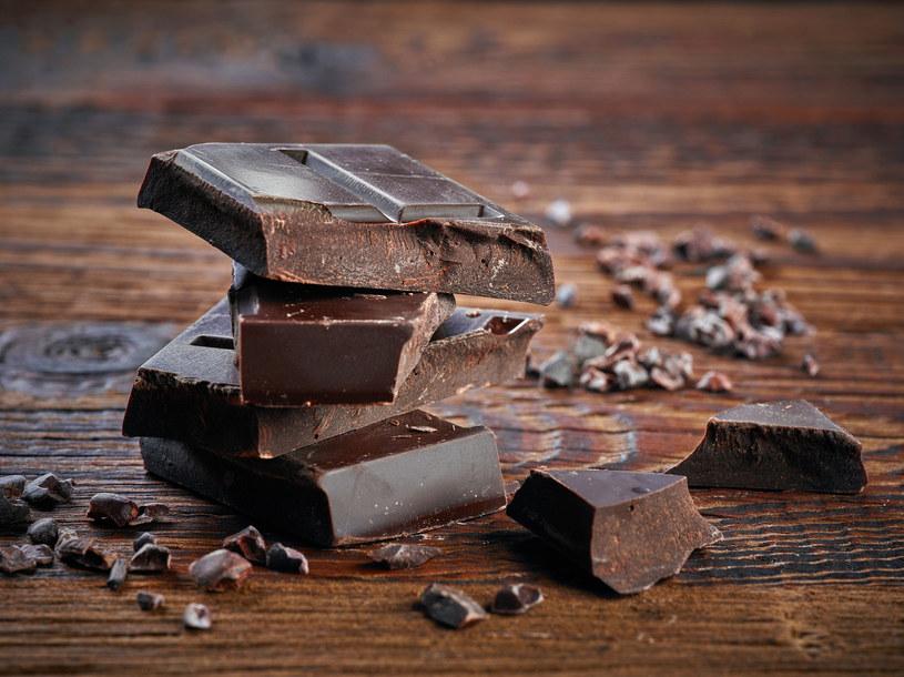 Gorzka czekolada jest zdrowa. Oczywiście w rozsądnych ilościach... /123RF/PICSEL