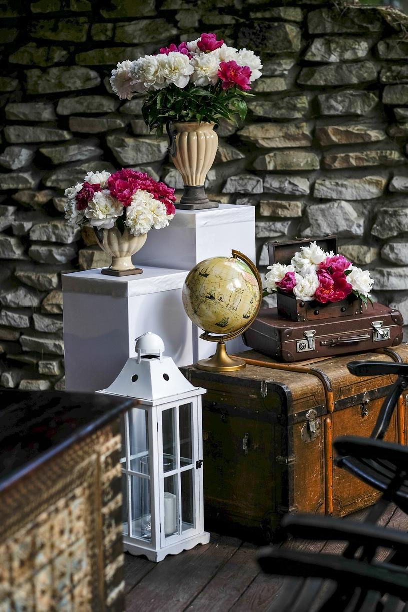 Goście powitani robiącą ogromne wrażenie instalacją złożoną z pięknych skrzyń i waliz , fot. Blindman /Wedding