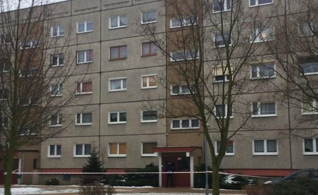 Gostyń: W mieszkaniu w bloku znaleziono ciała młodego małżeństwa i niemowlęcia
