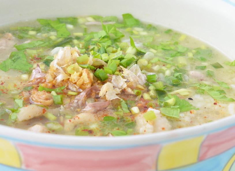 Gotową zupę udekoruj natka lub liśćmi selera /©123RF/PICSEL