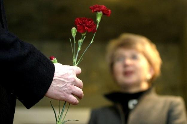 Goździki to tradycyjne kwiaty wręczane z okazji Święta Kobiet/fot.Bartek Sadowski /Agencja FORUM