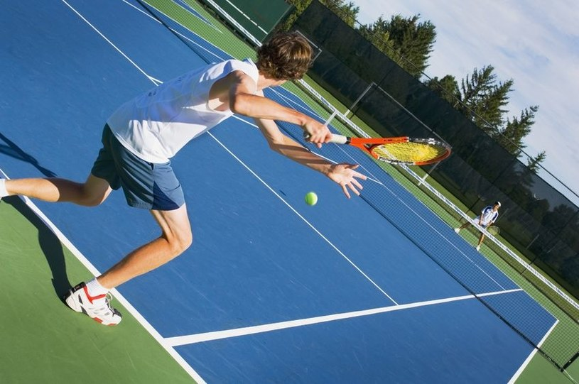 Gra w tenisa może wzmocnić kości nawet o 63 proc. /123RF/PICSEL