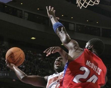 Gracz Bobcats Raymond Felton w ofensywnej akcji /AFP