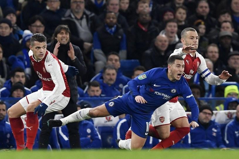Gracz Chelsea Eden Hazard (w środku) oraz zawodnicy Arsenalu - Granit Xhaka (z lewej) i Jack Wilshere /PAP/EPA
