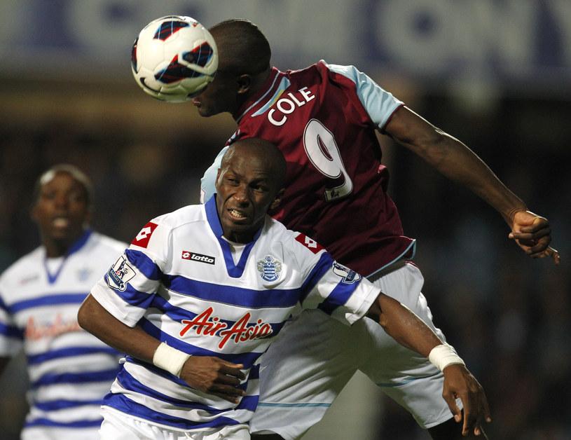 Gracz Queens Park Rangers Stephane Mbia (z lewej) i piłkarz West Ham United Carlton Cole /AFP