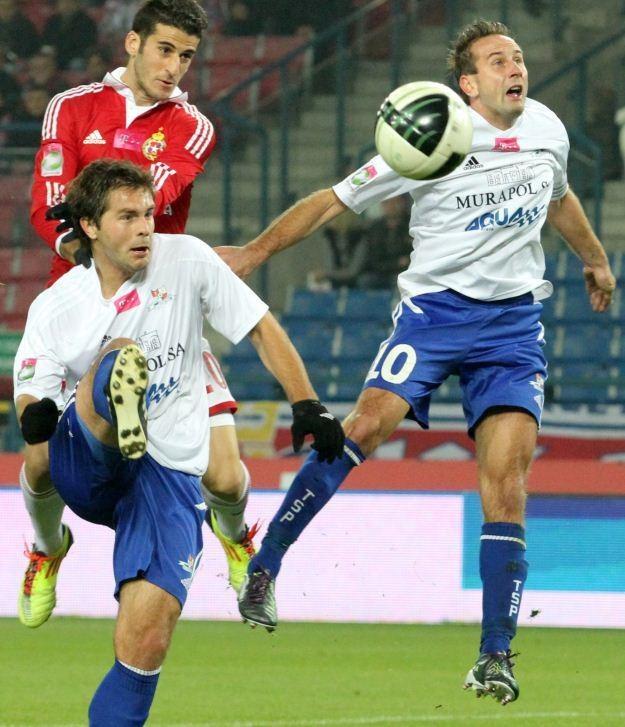 Gracze Podbeskidzia Juraj Dancik (L) i Marek Sokołowski (P) w starciu z Bitonem fot: Bednarczyk /PAP