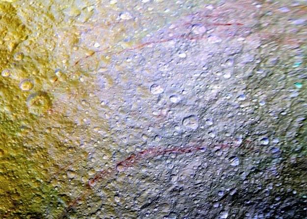 """""""Graffiti"""" na północnej półkuli Tetydy /NASA"""