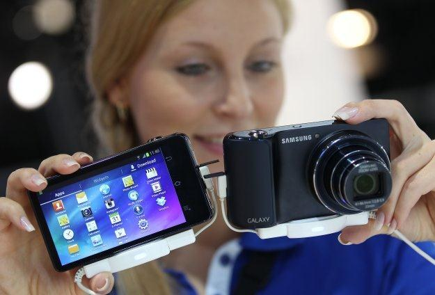 Granica między kompaktami i smartfonami zaczyna się zacierać. Na zdjęciu Samsung Galaxy Camera /AFP