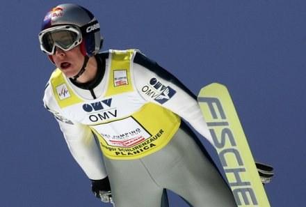 Gregor Schlierenzauer daleko skacze nie tylko w zimie, ale i w lecie /AFP