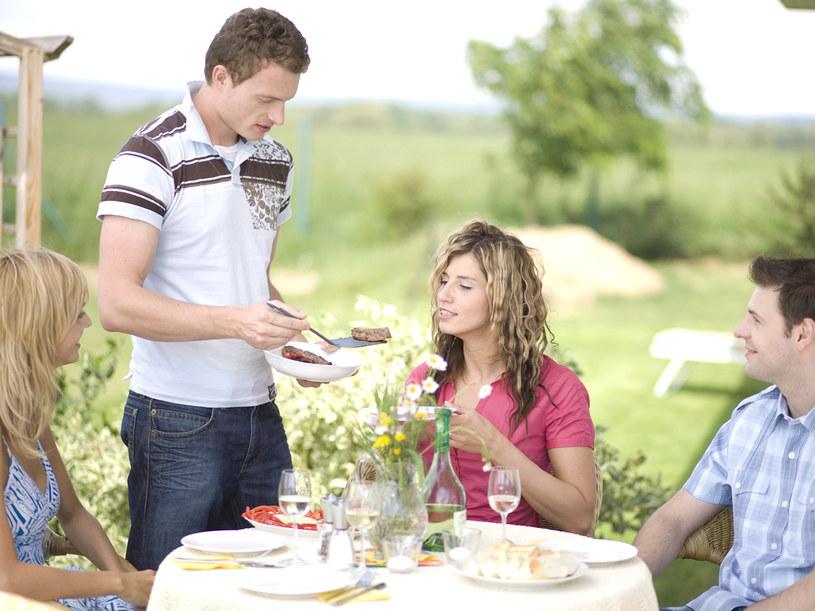 Grill z przyjaciółmi to jeden z pomysłów na weekend majowy  /© Bauer