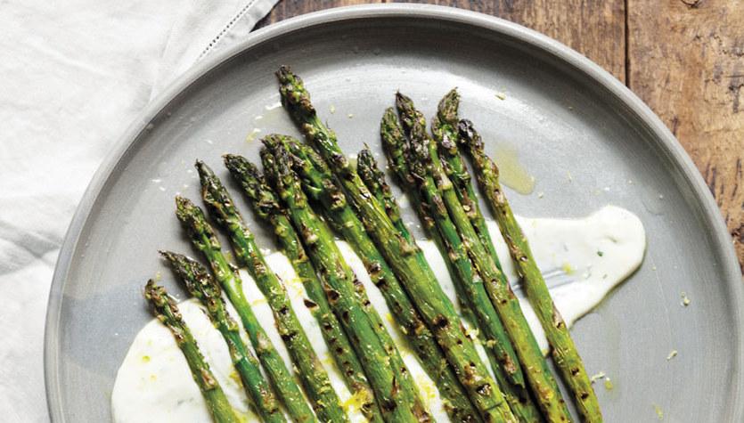 Grillowane szparagi z cytrynową śmietaną z sera koziego