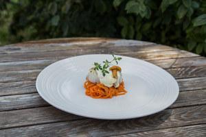 Grillowany dorsz z pianką wasabi na rokitnikowej marchewce z kurkami